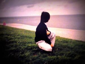 Junge mit Blick zum Horizont