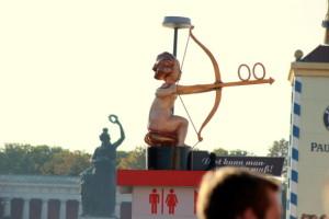 Bogenschütze vor der Statue der Bavaria