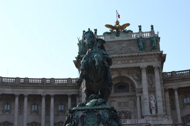 statue_vor_der_bibliothek_in_wien