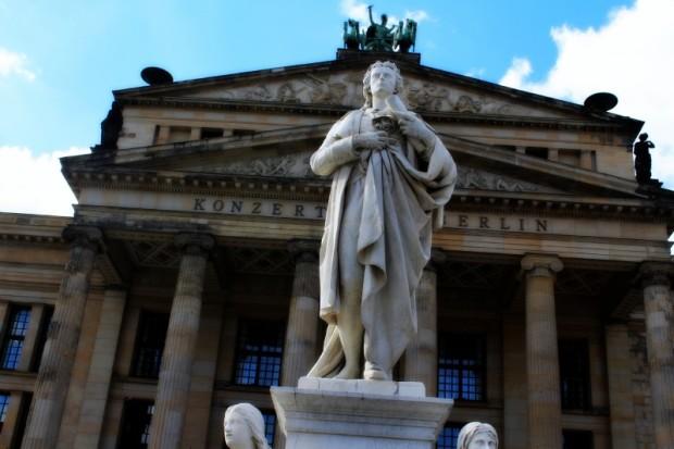 vor dem Konzerthaus in Berlin