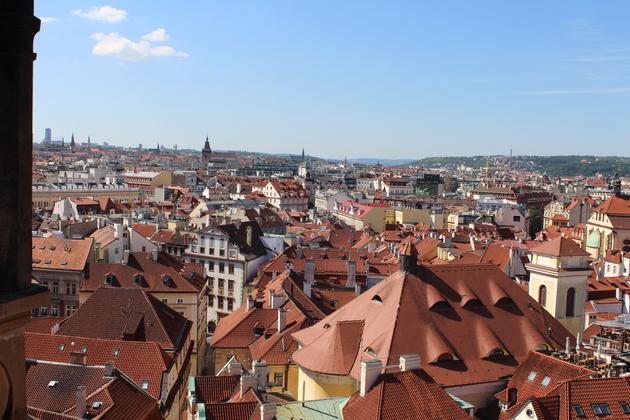 Ich liebe Städtereisen in Europa! Man kommt herum, lernt Menschen kennen, begibt sich auf Entdeckungsreisen und sieht immer wieder interessante Orte, die einem im Gedächtnis bleiben. Als Hobbyfotograf stellt es für mich natürlich eine besondere Herausforderung dar, etwas von der Welt mitzunehmen und es den neugierigen Blicken im Rest der Welt zu vermitteln. Wenn man in Urlaubskatalogen die passenden Prospekte und Broschüren durchblättert, sieht man vor allem eine Gemeinsamkeit: gut geschossene Bilder mit den schönsten Bildern in Sonnenschein als perfekte Werbebühne, traumhafte Motive, eine unverkennbare Lebenskultur (insbesondere bei Städtereisen). Genauso ist es auch bei Bildern aus Prag in Reiseführern: klare Bilder mit unverkennbarer Architektur und traumhafte Landschaften. Doch was mir bei Reisebuchführern auch auffällt: die Bilder versuchen nicht, auf fotografischer Ebene Bestqualität anzubieten, sondern sind eher zweckmäßig! Man erkennt das Café, die Burg oder interessante Einkaufmeilen. Doch meiner Meinung nach regen sie die Gefühle nur selten an. Gerade bei Touristen sollten vielmehr Bilder als Texte die Menschen in die Stadt locken und begeistern. Auch als Fotograf gelingt es einem Fotografen nicht immer, wenn er nicht zu Bildbearbeitungsprogrammen wie Photoshop oder GIMP greift. Aber versuchen wir trotzdem mal einige Bilder mit wenig Bildanpassung mal hier zu präsentieren!