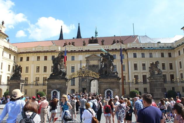 Touristenauflauf am Ehrenhof