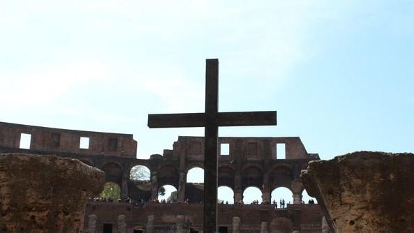 Kolosseum-in-Rom-Kreuz